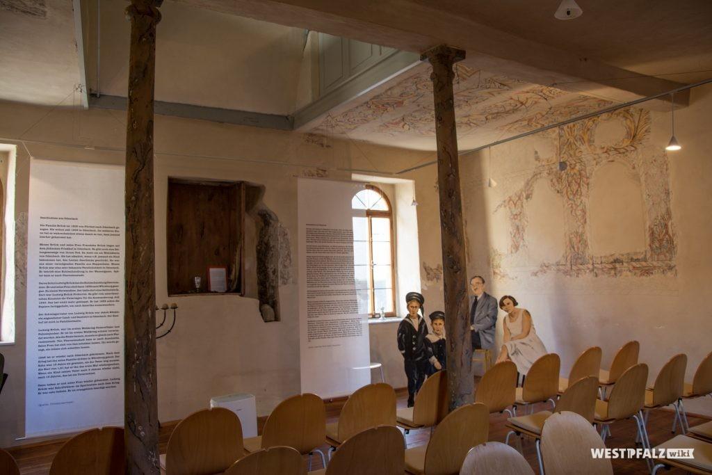 Blick in den Innenraum der Synagoge. Im Hintergund der Toraschrein