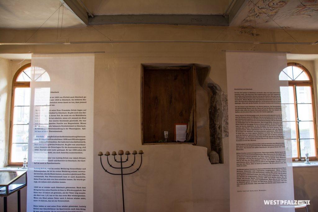 Toraschrein in der Wand sowie rechts und links davon Informationsbanner