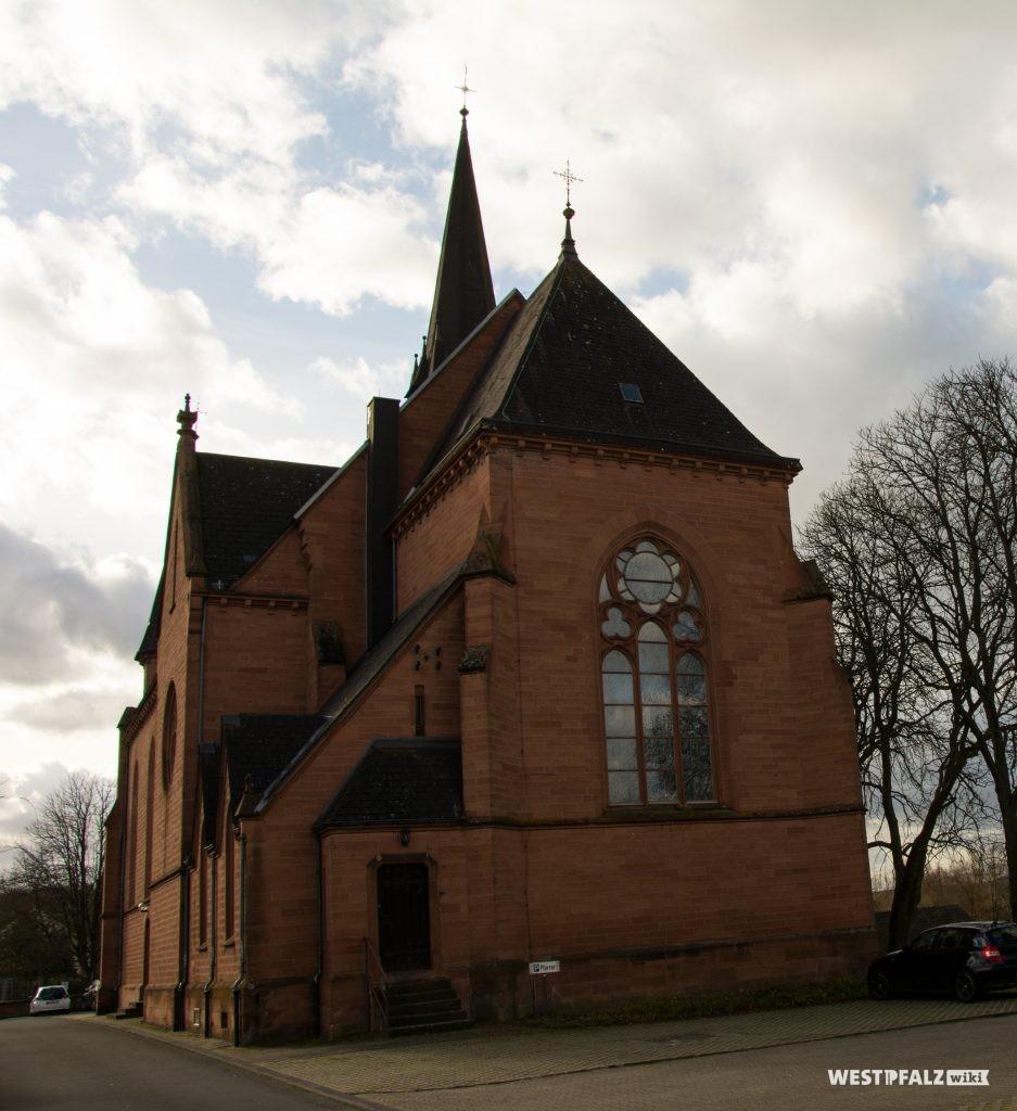 Blick auf die Westseite der katholischen Kirche in Otterbach
