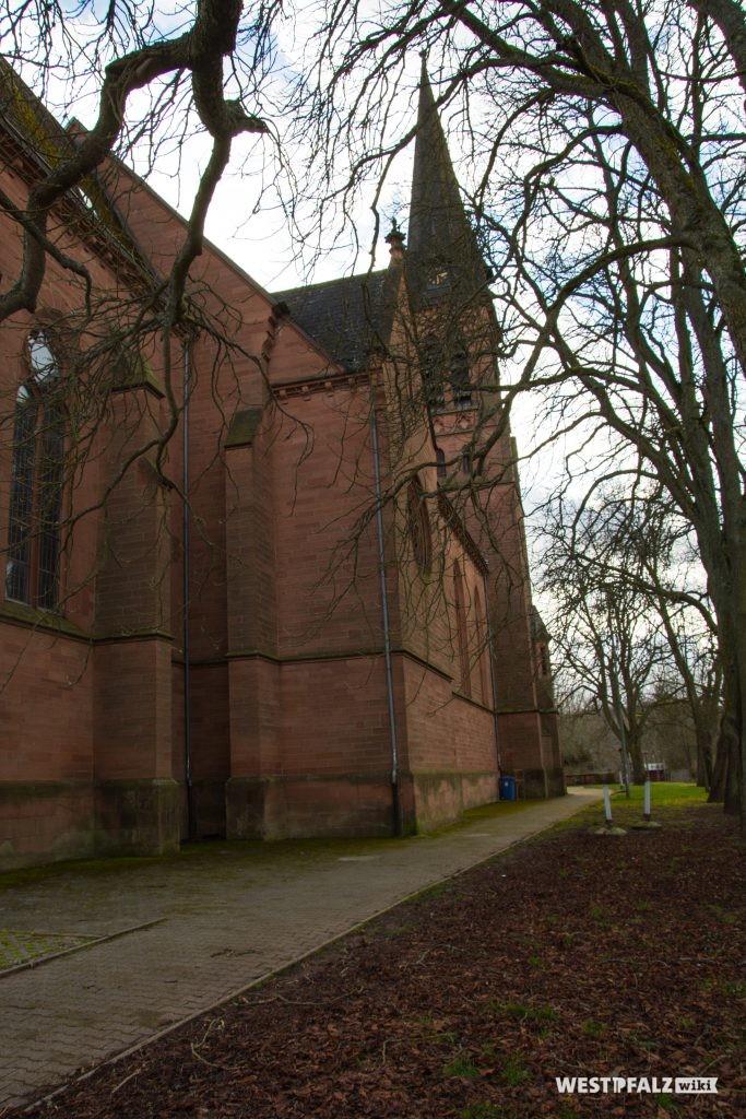 Das Langhaus der katholischen Kirche in Otterbach auf der Südseite