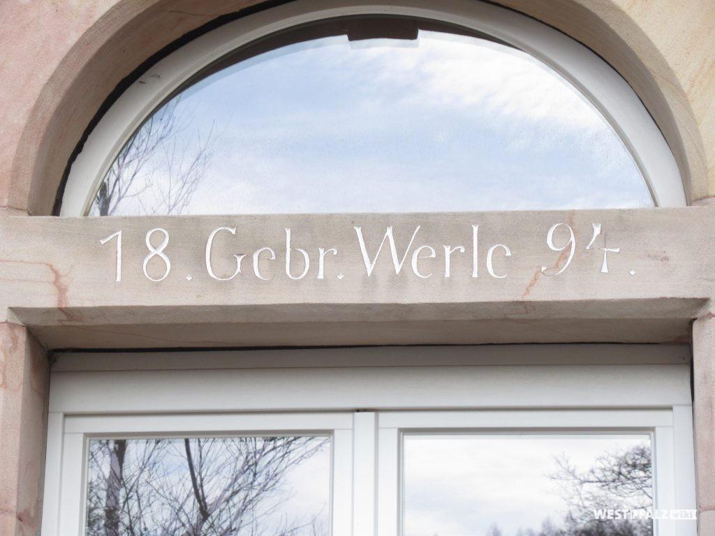 Inschrift in einem Fensterrahmen mit einem Hinweis auf das Kurhaus Werle