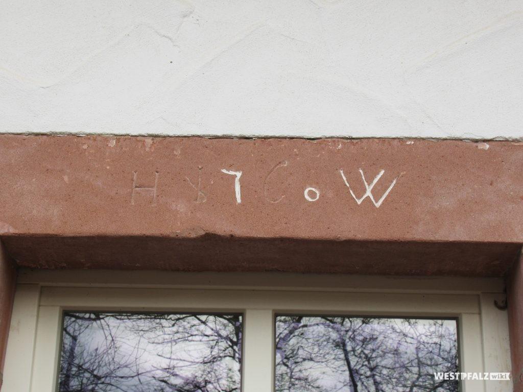 Hinweis am kleinen Gebäude links auf den Erbauer Heinrich Weber 1760