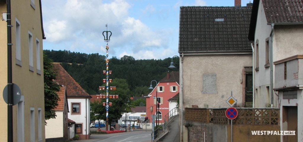 Maibaum am Dorfplatz in Contwig