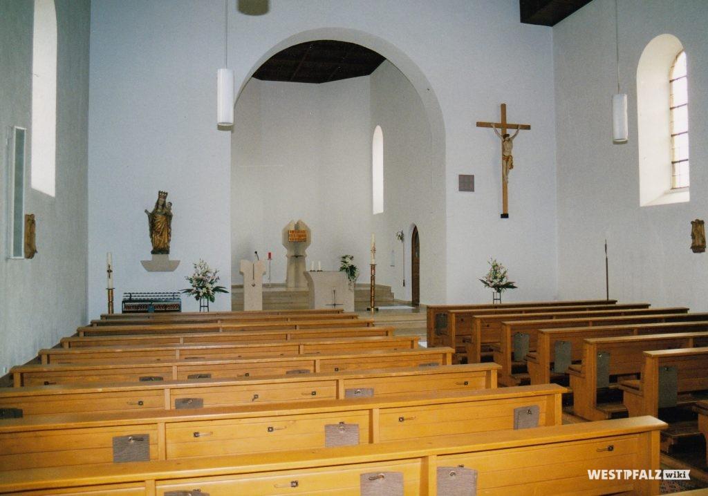 Katholische Kirche in Erfenbach - Kirchenschiff mit Blick Richtung Altar