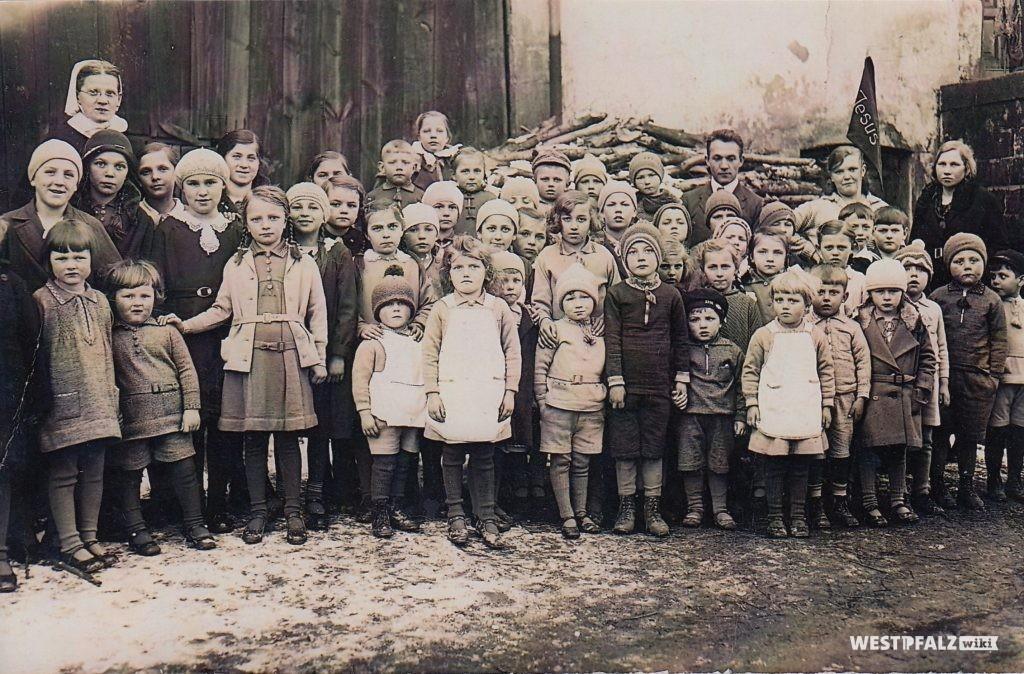 Kindergartengruppe  mit der damaligen Schwester Sanche (Susanne)
