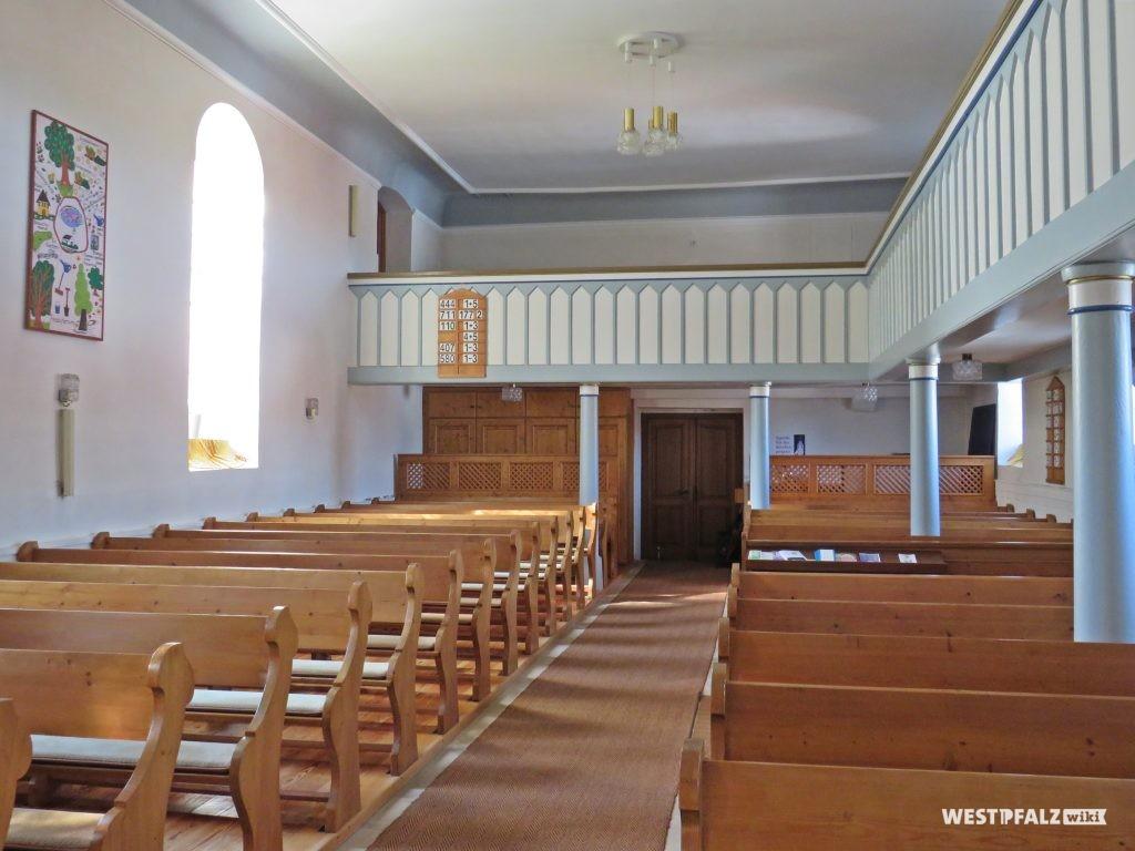 Protestantische Kirche - Kirchenschiff mit Blick Richtung Hauptportal