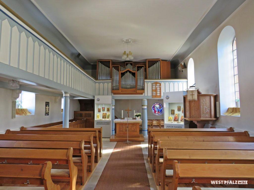Protestantische Kirche - Kirchenschiff mit Blick Richtung Orgel