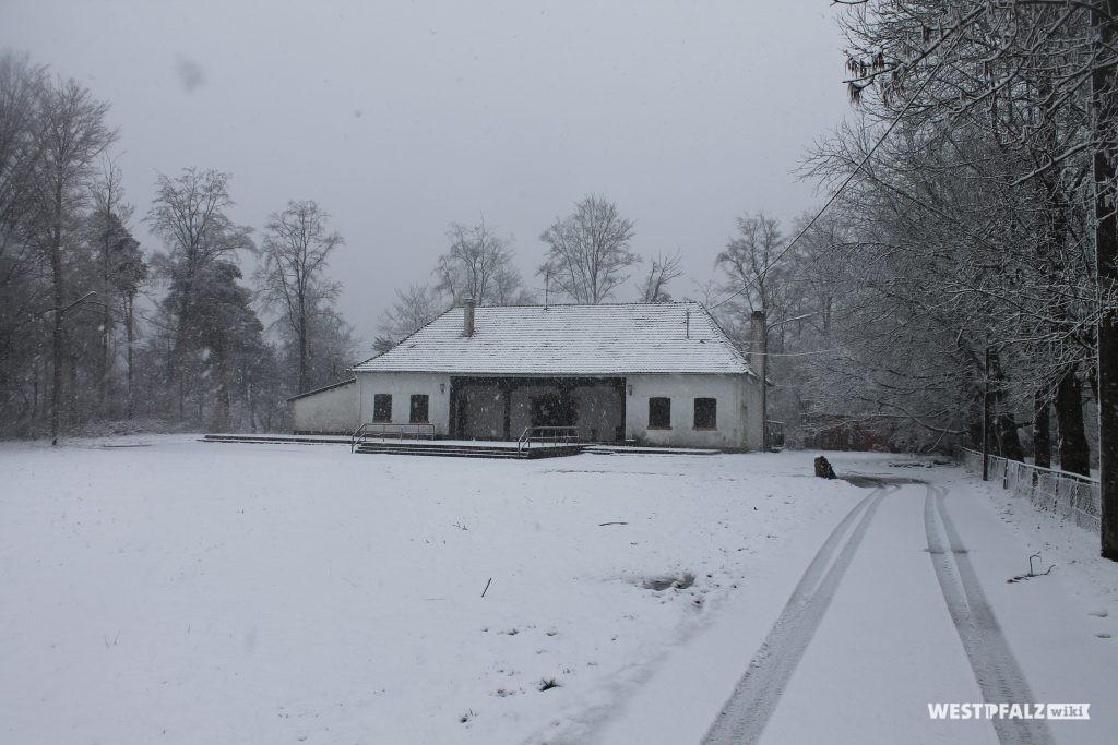 Heidenkopfhalle mit davor angrenzender Rasenfläche im Winter