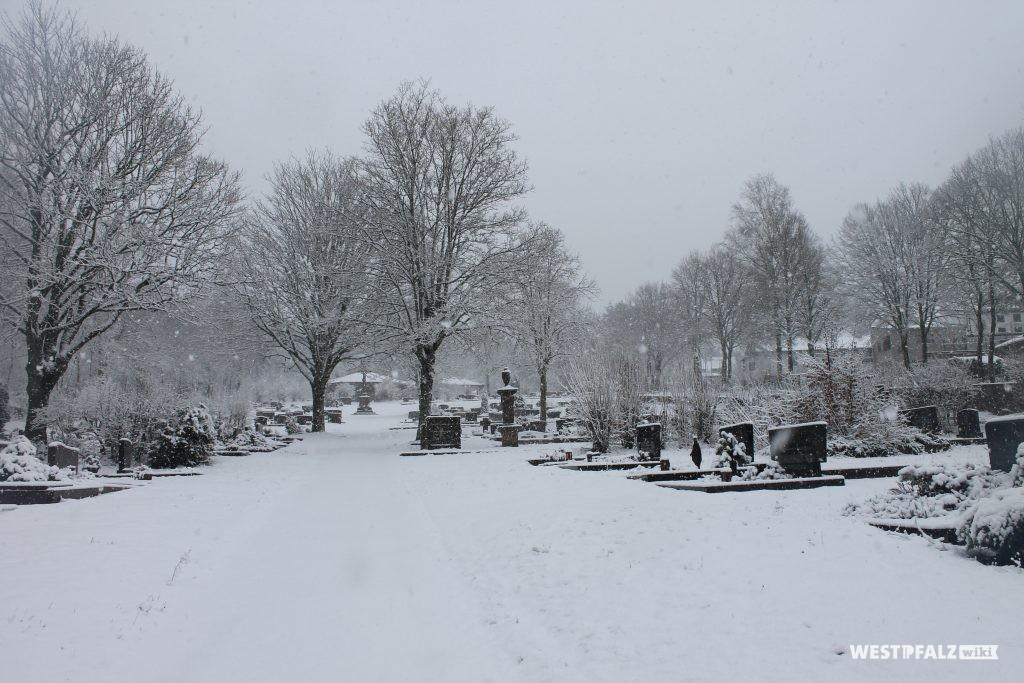 Sicht vom Haupteingang des Friedhofes