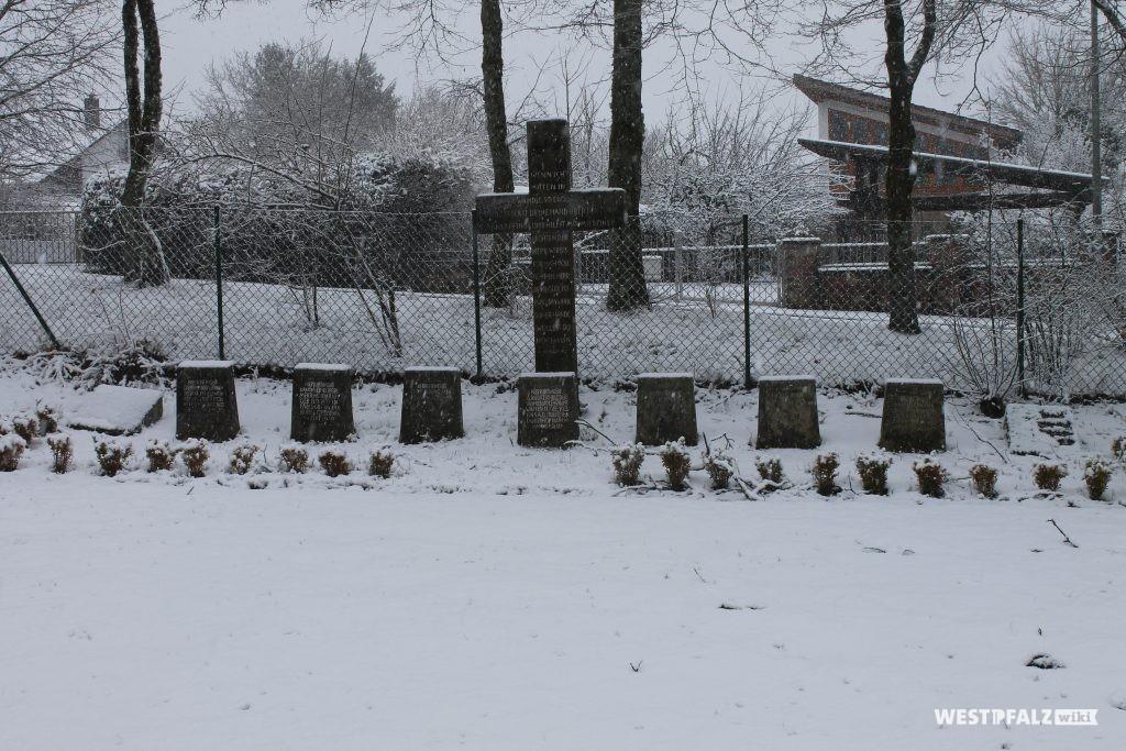 Kreuze für gefallene Soldaten aus dem 2. Weltkrieg