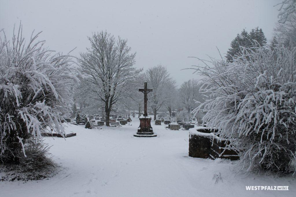 Sicht von der Leichenhalle auf den Friedhof