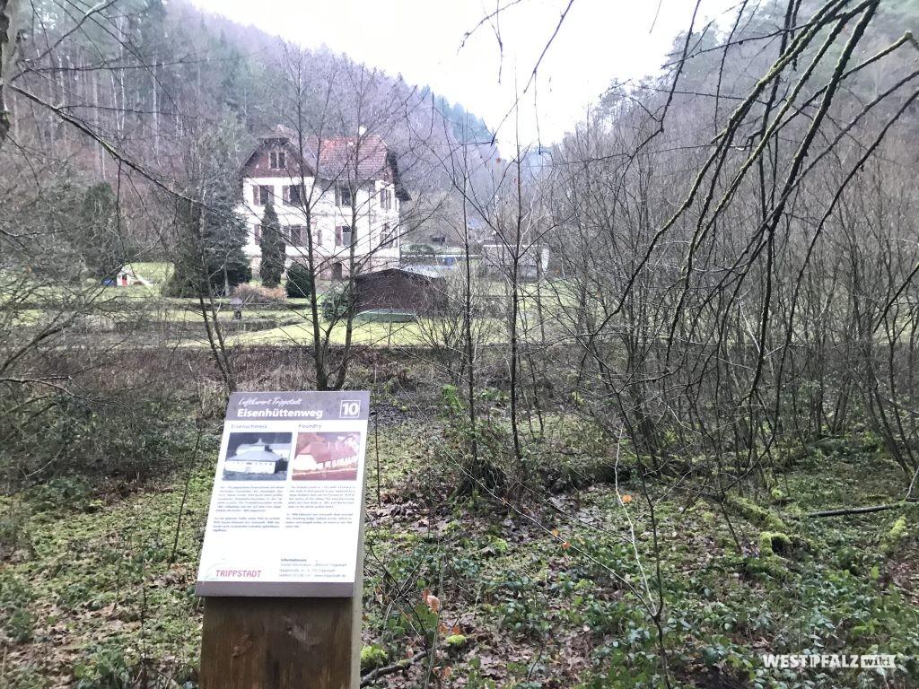 Infotafel am Eisenhüttenweg. Im Hintergrund das alte Jagdhaus