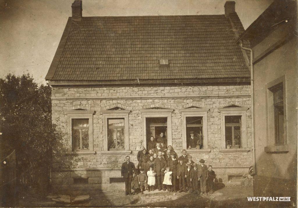 Familienfoto vor dem Musikantenhaus Mühlberg 13