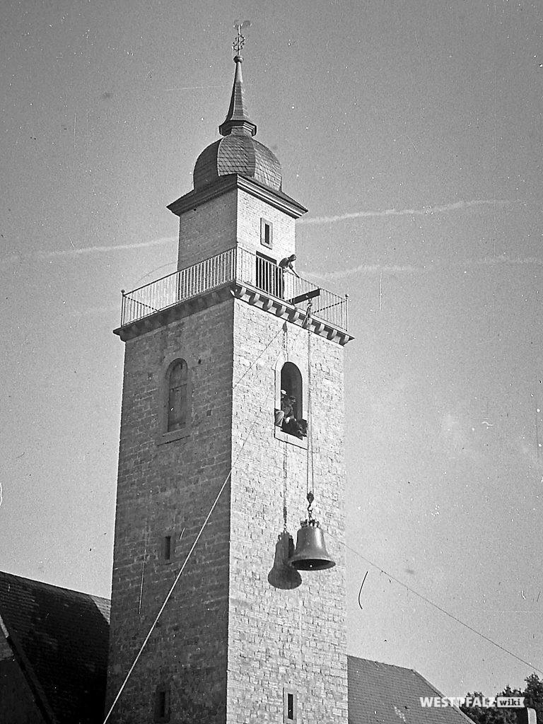 Protestantische Kirche - Einbau der Glocken