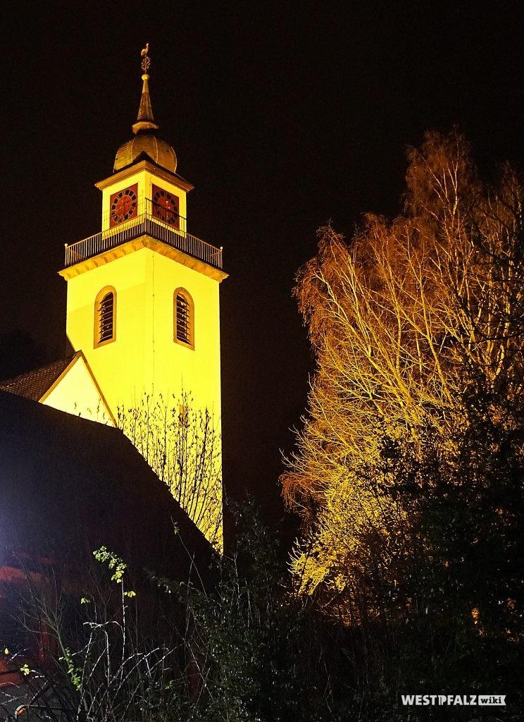 Protestantische Kirche in Erfenbach bei Nacht