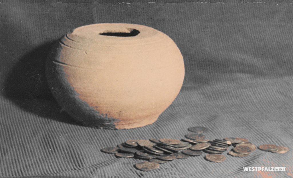 Tontopf mit Münzen
