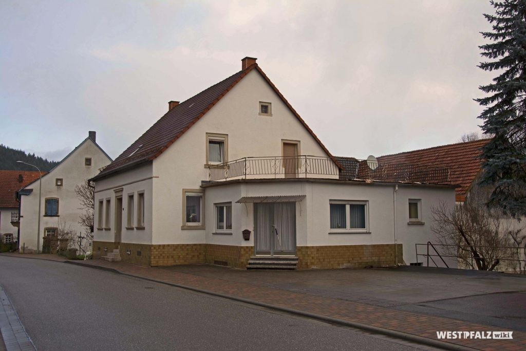 Wohnhaus mit angebautem Verkaufsraum in der Hauptstraße 49 in Hinzweiler