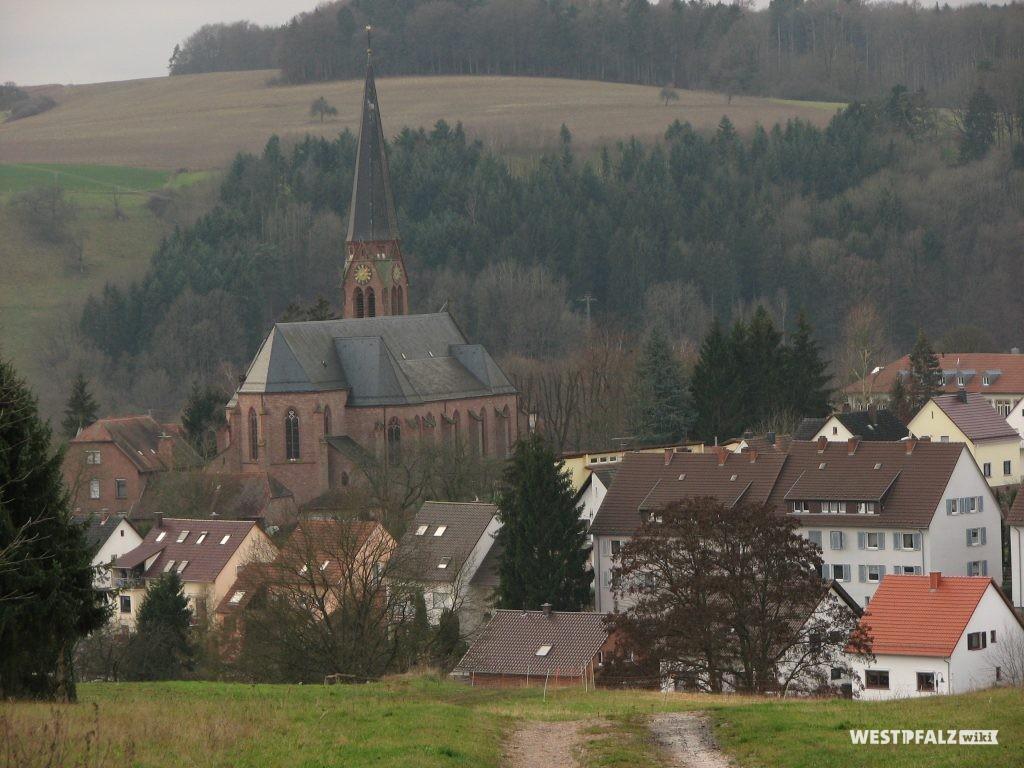 Blick auf Contwig und die St. Laurentius Kirche von Nordwesten