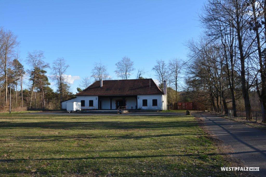 Heidenkopfhalle mit davor angrenzender Rasenfläche