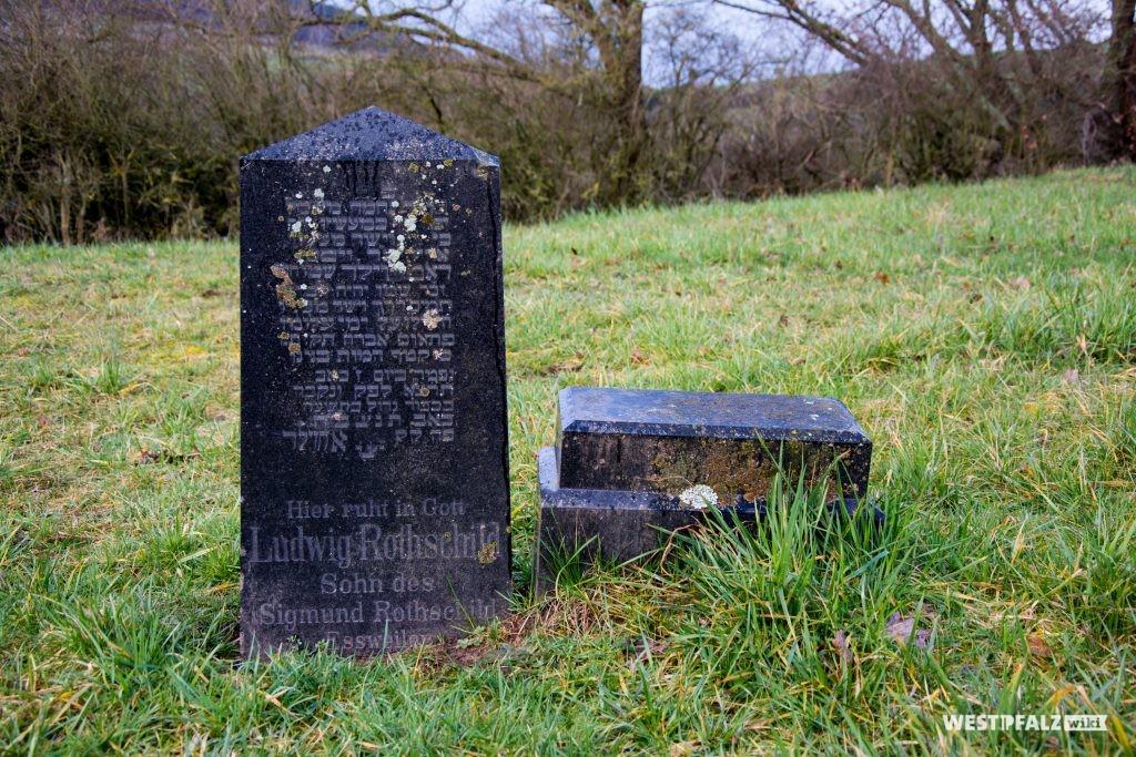 Grabstein aus schwarzem Marmor mit deutscher und hebräischer Inschrift auf dem jüdischen Friedhof in Hinzweiler