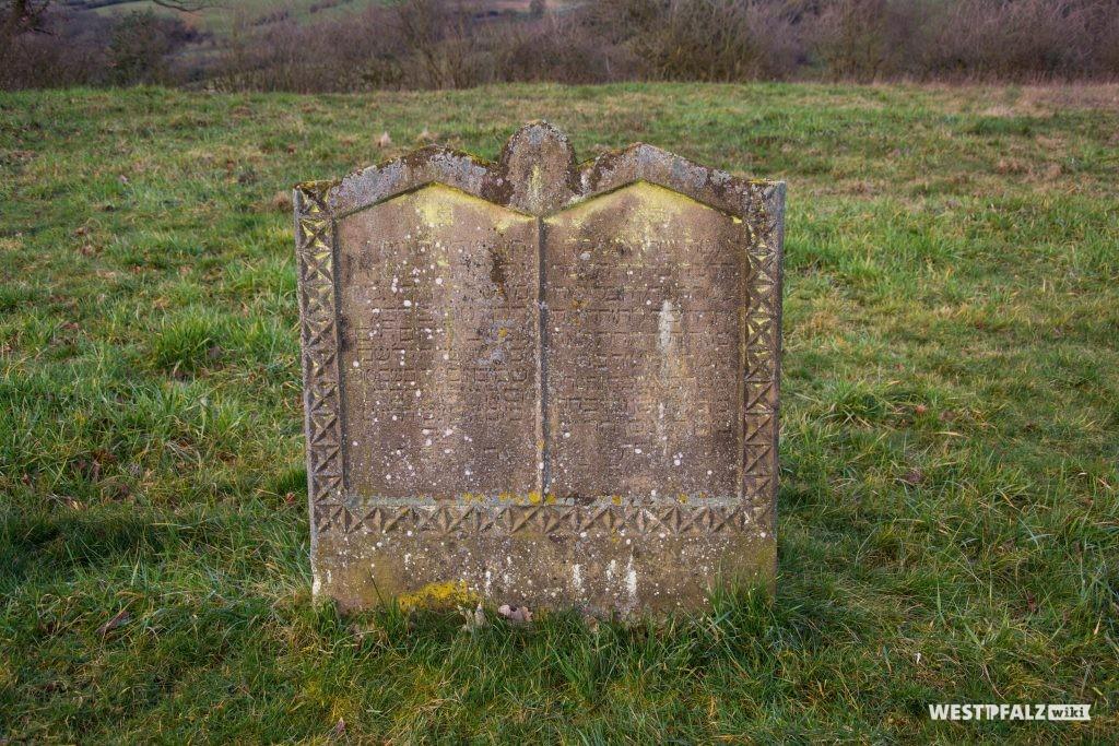 Grabstein mit Verzierungen auf dem jüdischen Friedhof in Hinzweiler