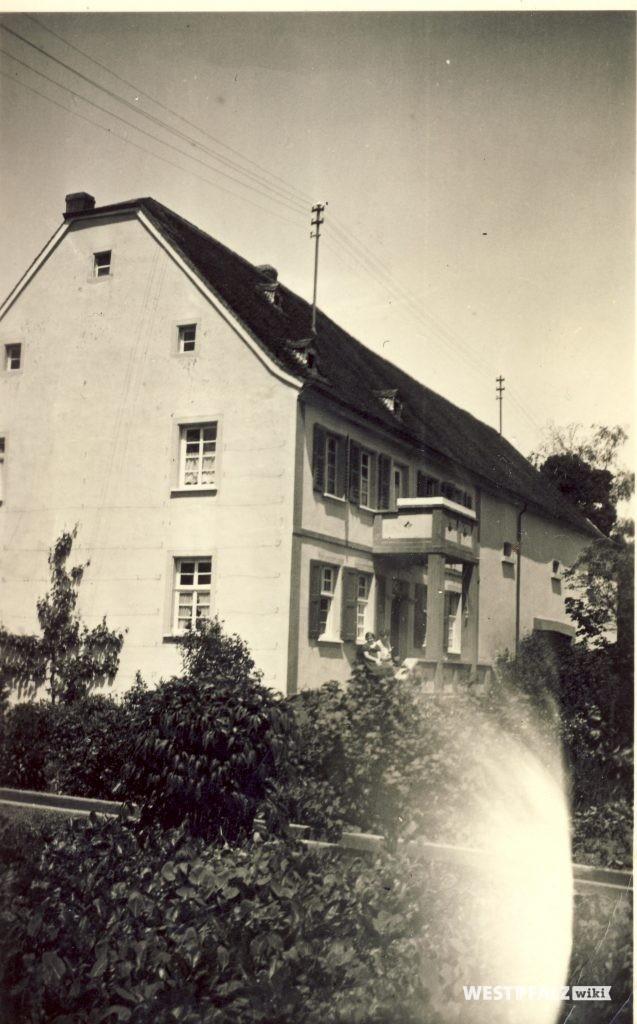 Altes Pfarrhaus mit angebauter Scheune in der Hauptstraße 50 in Hinzweiler