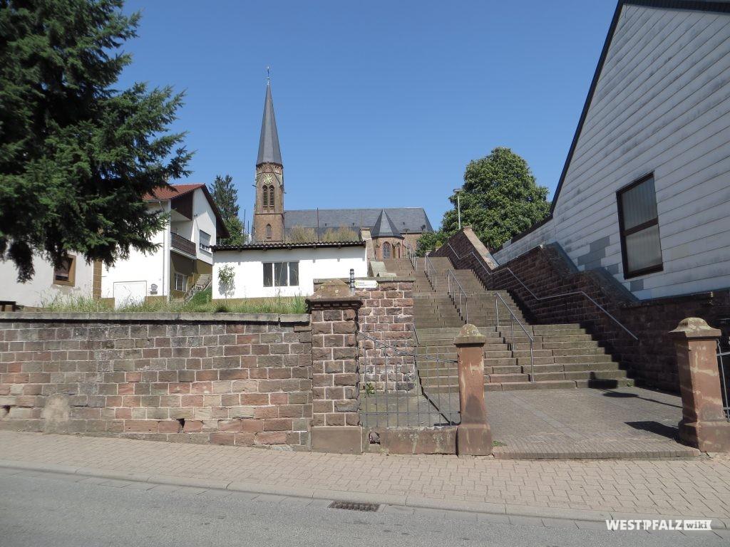 Blick auf die Südseite der St. Laurentius Kirche in Contwig