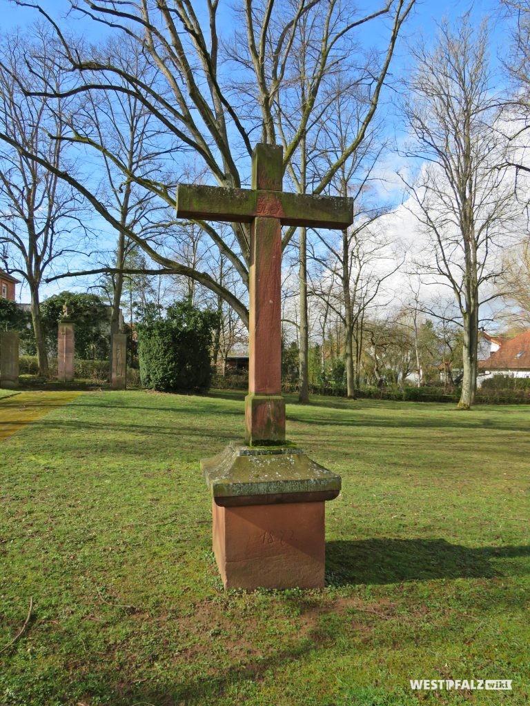 Friedhofskreuz - im Hintergrund das Kriegerdenkmal
