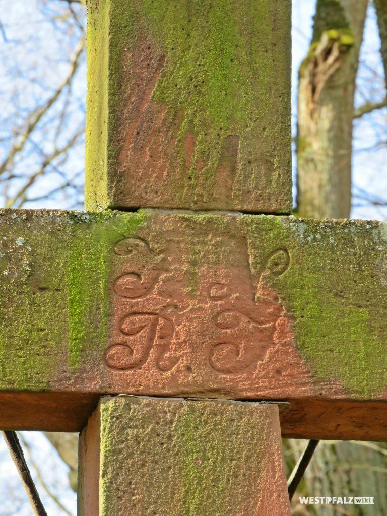 Friedhofskreuz  -Inschrift der Kreuzachse