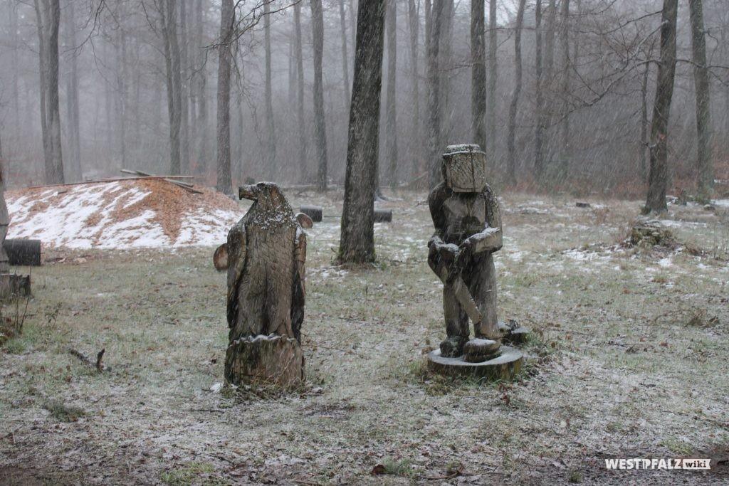 Skulpturen aus Holz beim Haus der Nachhaltigkeit