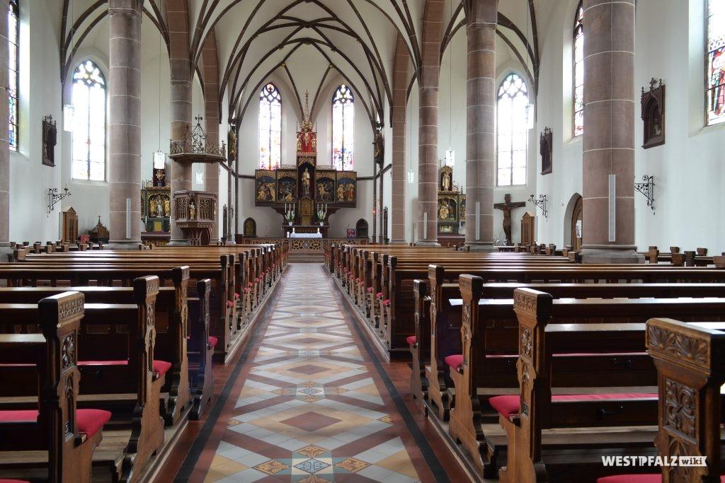 Kirchenschiff mit Blick in Richtung Altar