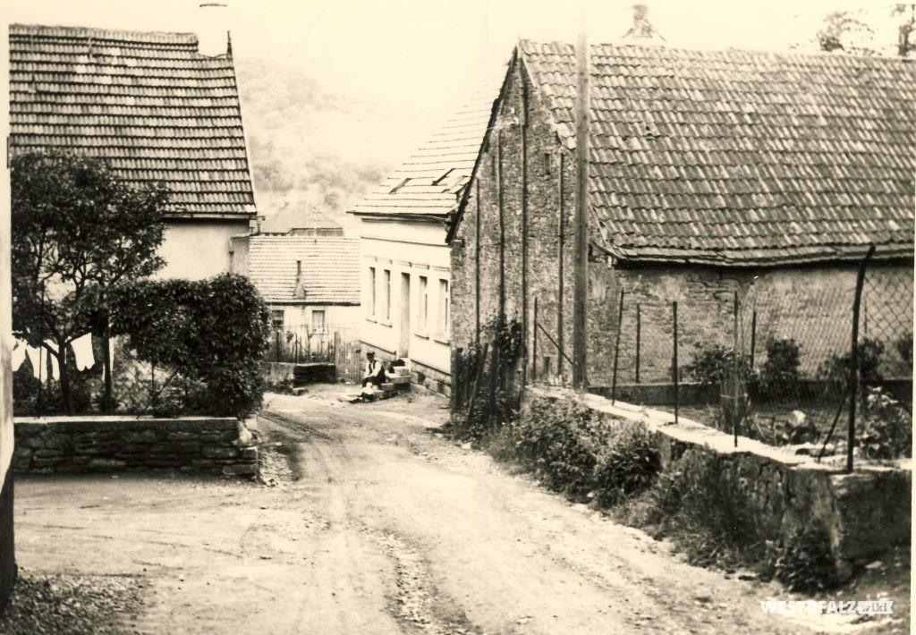 Blick in die Straße Mühlberg. Im Hintergrund ist das Musikantenhaus Waldersch zu erkennen