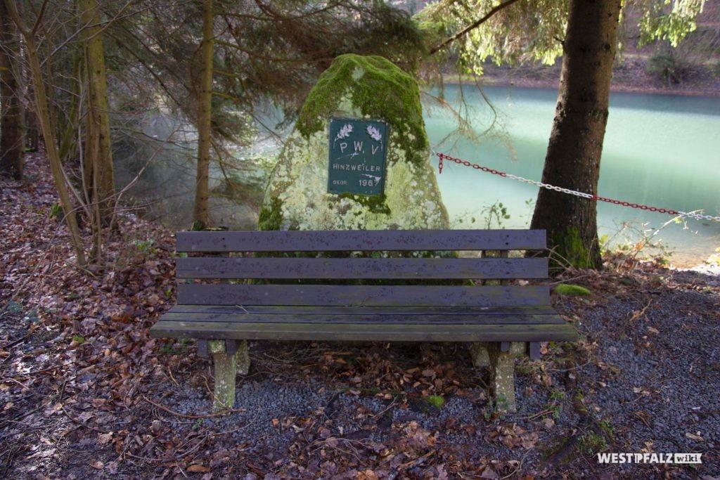 Sitzgelegenheit am Fischerweiher bei der PWV-Hütte in Hinzweiler