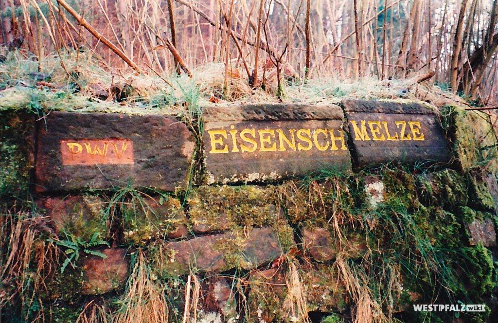 """Ritterstein mit der Inschrift """"Eisenschmelze"""" bei Stelzenberg"""