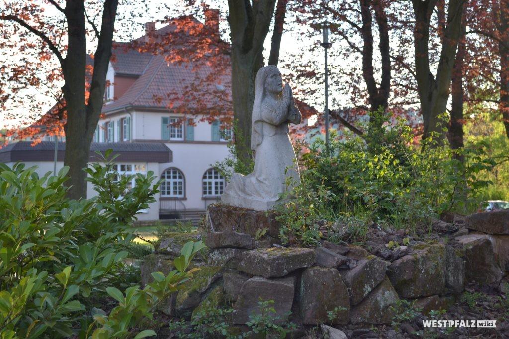 Grotte mit Blick aufs Schwesternhaus