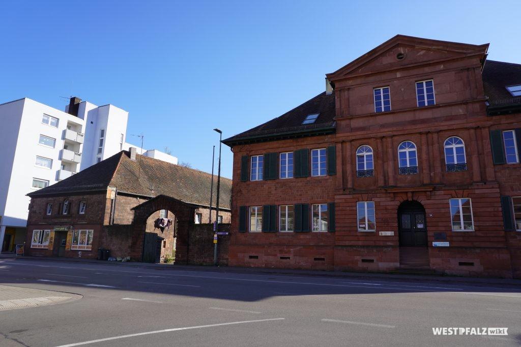 Straßenansicht auf das Haupt- und Nebengebäude des Herrenhauses