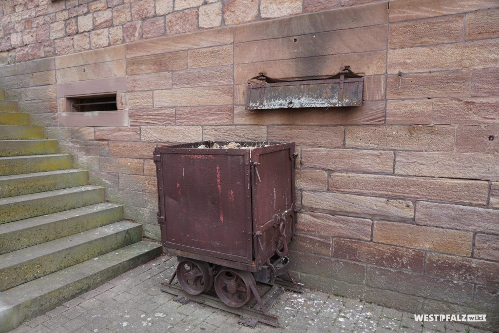 Alter Bergbauförderwagen vor dem Museum