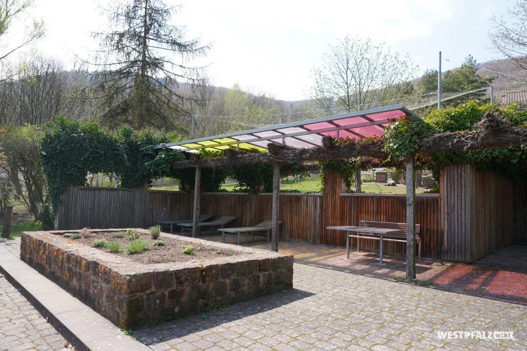 Klimapavillion mit bunter Überdachung im Park der Sinne
