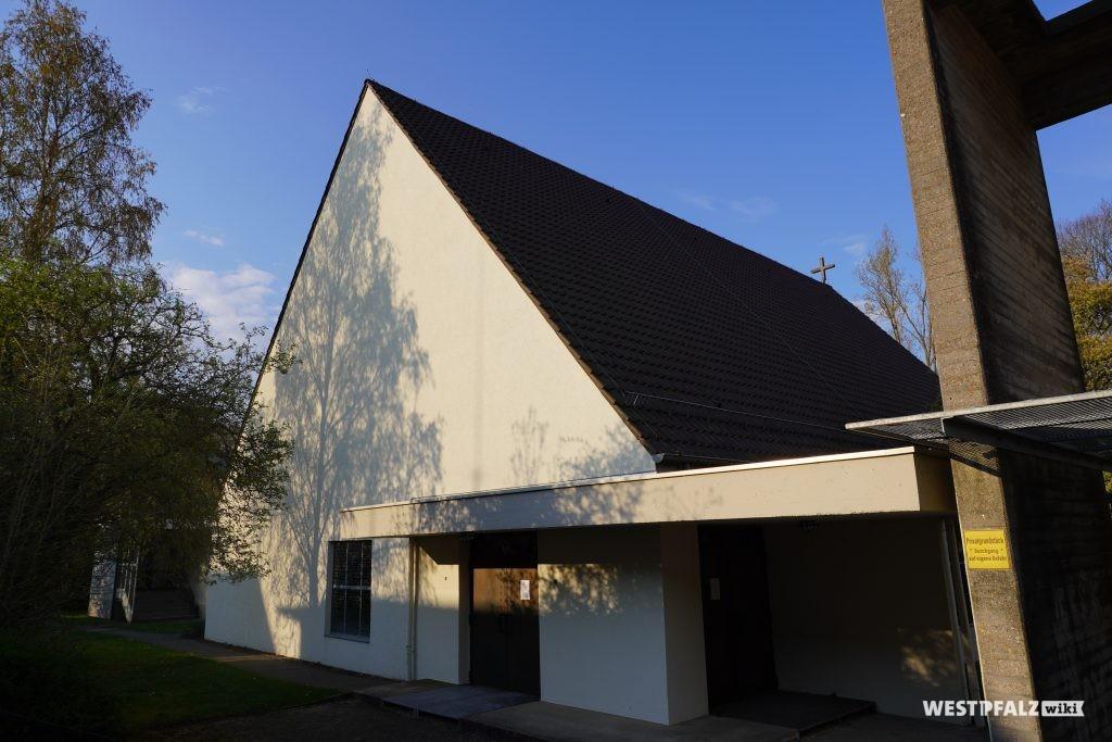 Blick auf die katholische Kirche in  Steinwenden von der Freiherr-von-Ketteler-Straße