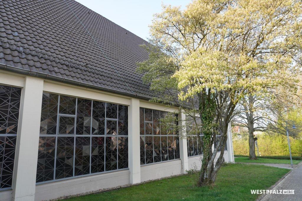 Fensterfront der katholischen Kirche in Steinwenden