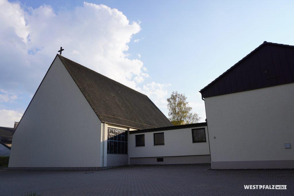 Blick von der Kottweiler Straße auf die katholische Kirche in Steinwenden