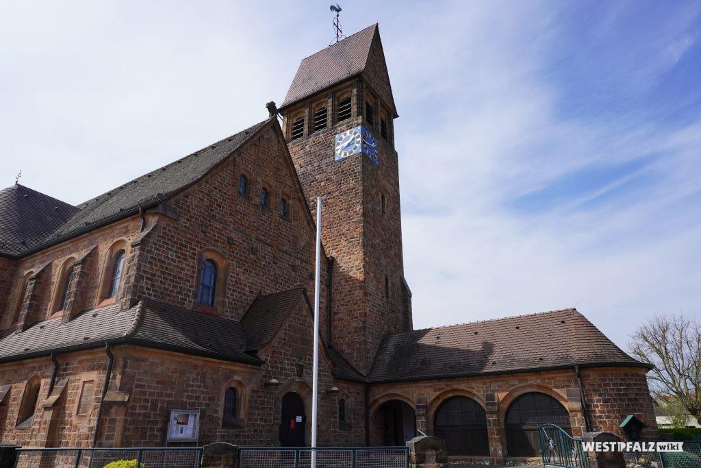 Frontansicht der St. Michael Kirche in Hütschenhausen