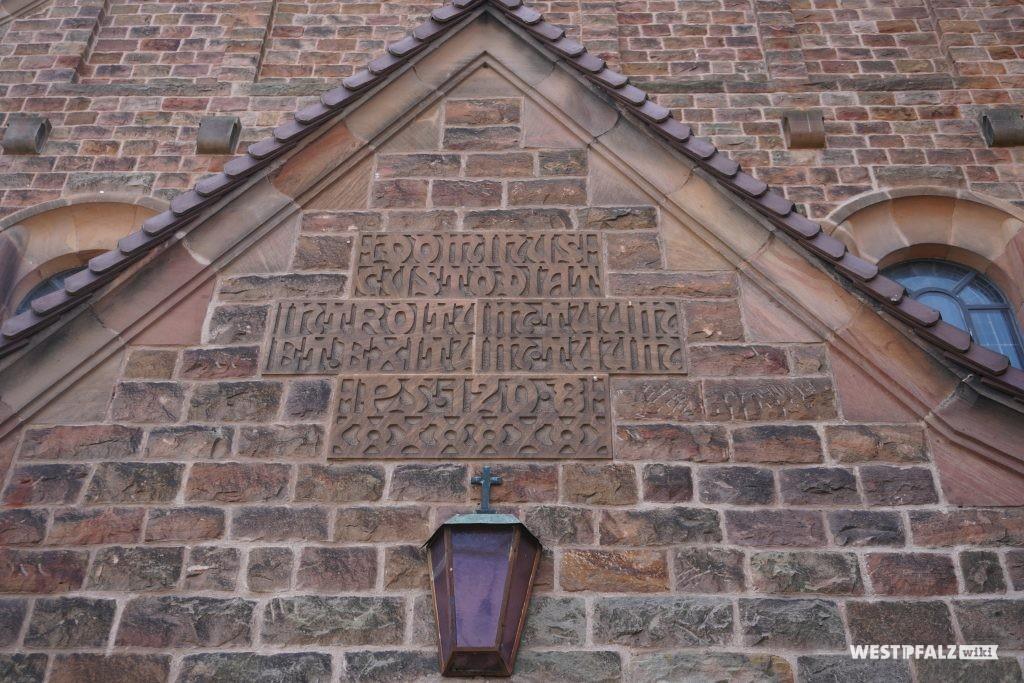 Inschrift über dem Portal der katholischen Kirche Hütschenhausen