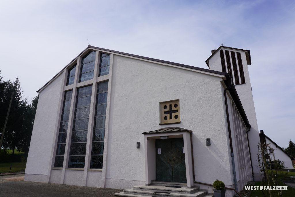 Frontansicht der katholischen Kirche in Elschbach