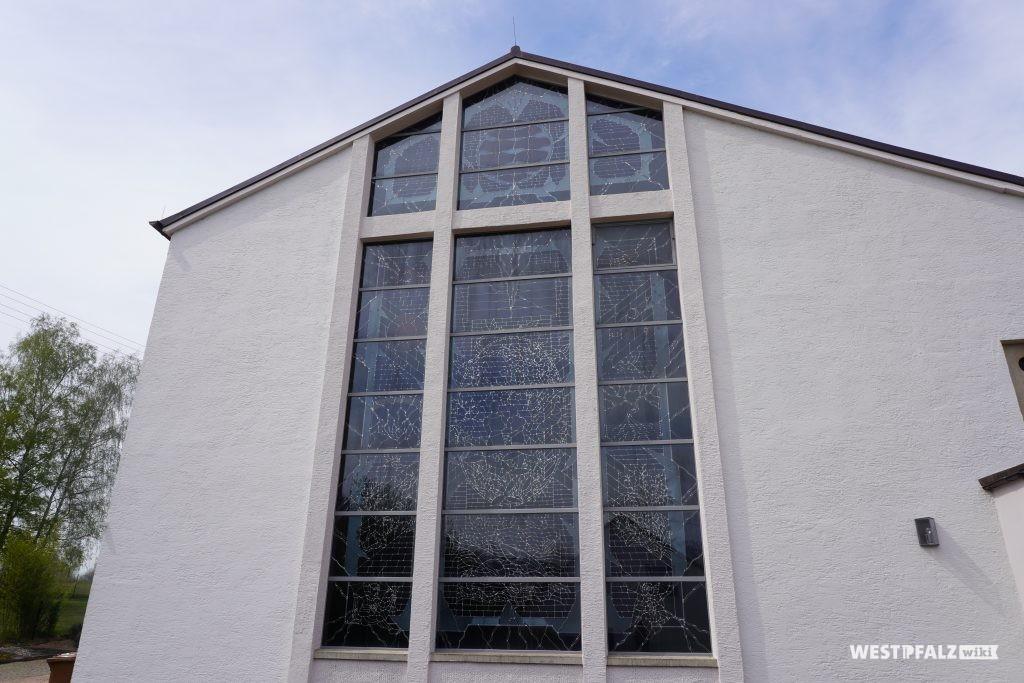 Fensterfront der katholischen Kirche in Elschbach