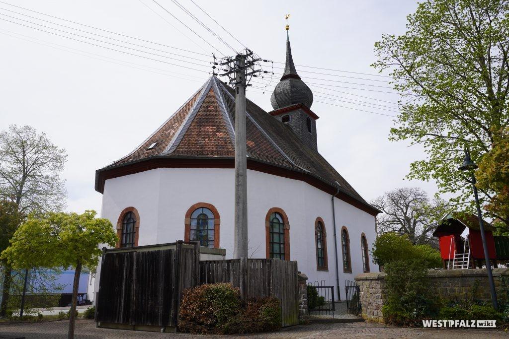 Blick auf den Chor der protestantischen Kirche in Misau