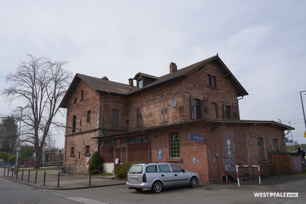 Rückansicht des Bahnhofgebäudes in Bruchmühlbach