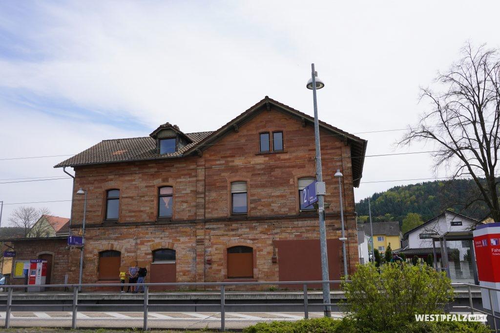 Blick aufs Bahnhofsgebäude in Bruchmühlbach vom Bahnsteig aus
