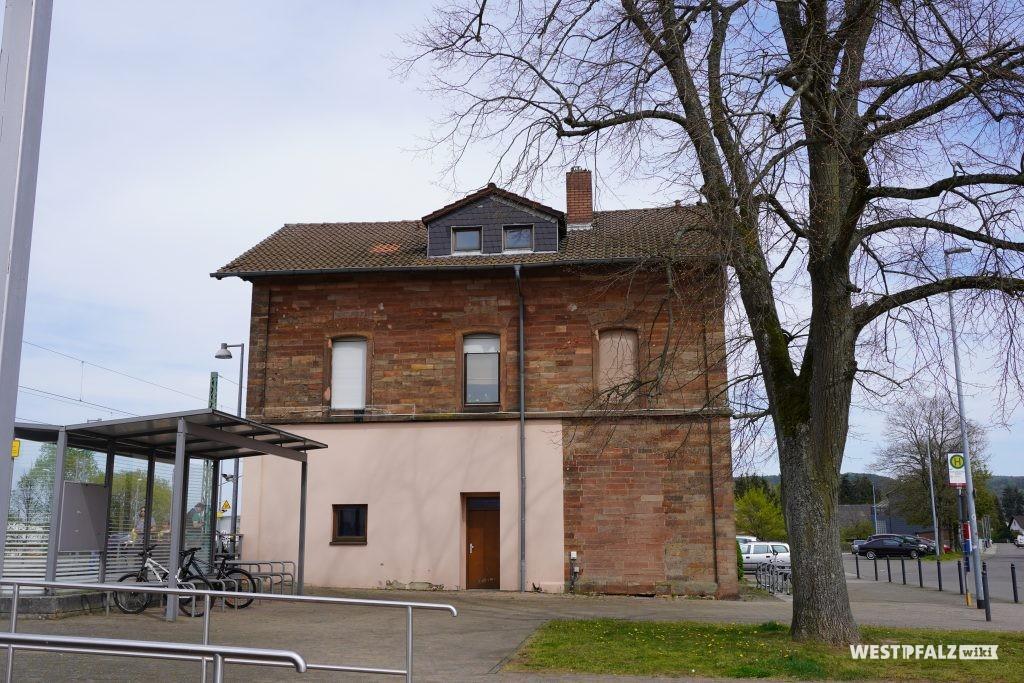 Seitenansicht des Bahnhofsgebäudes in Bruchmühlbach