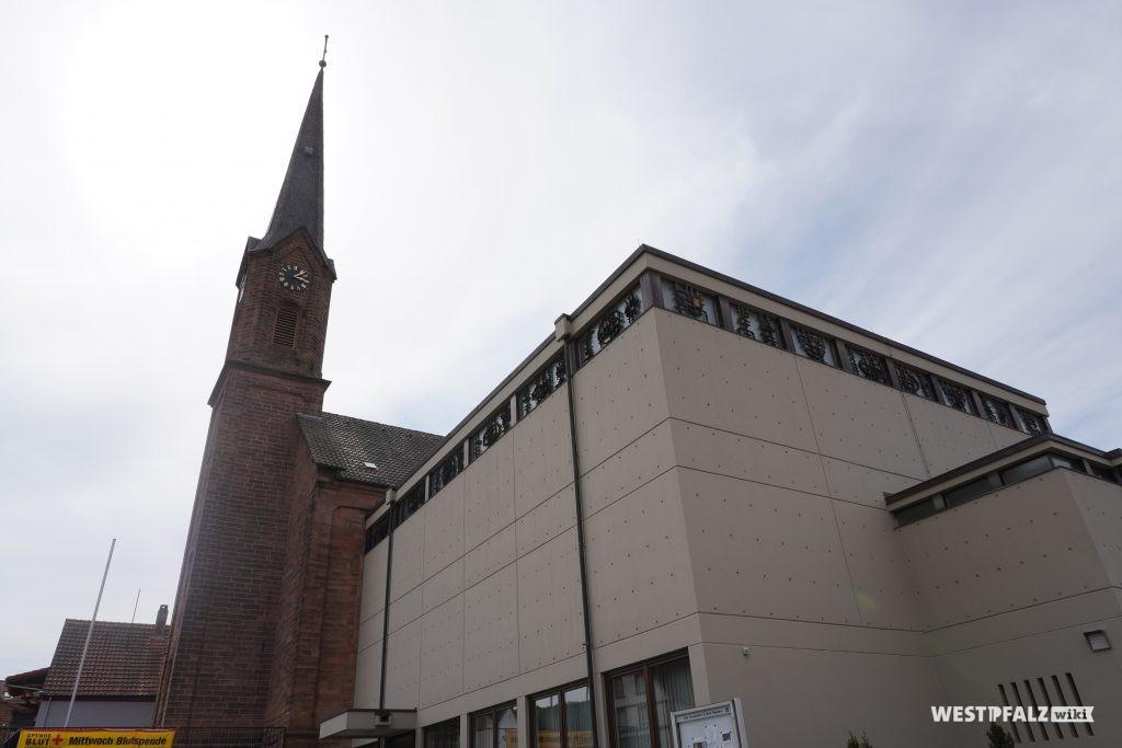 Seitenansicht der katholischen Kirche in Bruchmühlbach